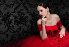 Mulher lindo no vestido de noite vermelho no preto Imagens de Stock