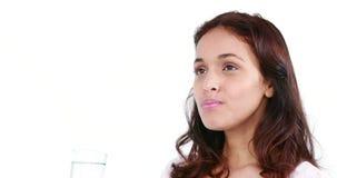 Mulher lindo que bebe um vidro da água vídeos de arquivo