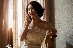 Mulher lindo que chama o telefone imagens de stock royalty free
