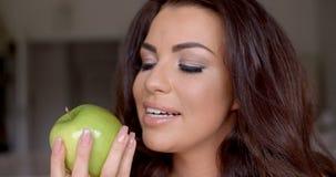 Mulher lindo que come uma maçã verde saudável video estoque