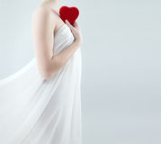 Mulher lindo que guarda o coração vermelho Fotografia de Stock Royalty Free