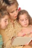 Mulher lindo que lê a ela Imagem de Stock