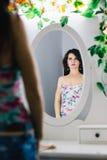 Mulher lindo que olha no espelho Fotos de Stock