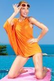 Mulher lindo 'sexy' que levanta a piscina imagens de stock royalty free