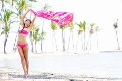 Mulher livre das férias do biquini na praia do paraíso Imagem de Stock