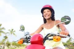 Mulher livre que conduz o 'trotinette' feliz Fotografia de Stock