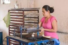 A mulher local faz a casa fez tortilhas da massa do milho em um smal imagens de stock