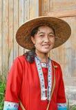 A mulher local vestiu-se na roupa tradicional, Longji, China Fotografia de Stock