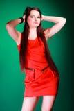 Mulher longa do cabelo no vestido vermelho Imagens de Stock