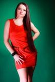 Mulher longa do cabelo no vestido vermelho Foto de Stock Royalty Free