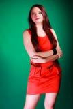 Mulher longa do cabelo no vestido vermelho fotos de stock