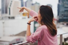 Mulher longa do cabelo que está no balcão fotos de stock royalty free