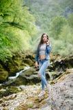 Mulher longa do cabelo que levanta nas montanhas Imagem de Stock Royalty Free