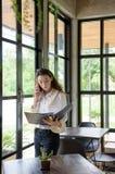 mulher longa do lerdo do cabelo da Misturado-raça no vestido ocasional que olha algum Fotografia de Stock Royalty Free