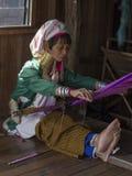 Mulher longo-necked do tribo do tribo do padaung do retrato Lago Inle, Myanmar, Burma imagens de stock
