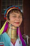 Mulher longo-necked do tribo do tribo do padaung do retrato Lago Inle, Myanmar, Burma imagem de stock