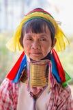 Mulher longo-necked do tribo do tribo do padaung do retrato Lago Inle, Myanmar, Burma fotos de stock