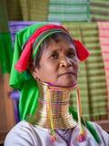 Mulher longo-necked do tribo do tribo do padaung do retrato Lago Inle, Myanmar, Burma imagens de stock royalty free
