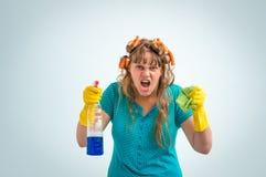 A mulher louca da dona de casa com limpeza significa foto de stock royalty free