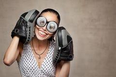 Mulher louca engraçada com olhos, vidros e as luvas de encaixotamento grandes foto de stock