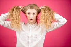 A mulher louca está puxando seu cabelo justo encaracolado fotos de stock