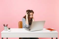 A mulher louca na roupa ocasional que grita aderir-se para dirigir o trabalho no projeto com quando do portátil senta-se no escri imagem de stock royalty free
