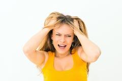 mulher louca que faz uma cara e que puxa o cabelo Foto de Stock Royalty Free
