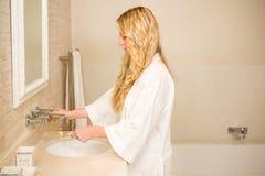 Mulher loura aproximadamente para escovar seus dentes foto de stock