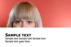 Mulher loura atrás do quadro de avisos com texto imagens de stock royalty free