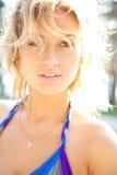 A mulher loura atrativa aprecia o sol do verão Foto de Stock Royalty Free