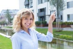 A mulher loura atrativa está feliz sobre seu apartamento novo fotos de stock royalty free
