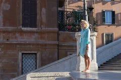 Mulher loura atrativa nova com os pés descalços no olhar de Roma afastado Foto de Stock Royalty Free