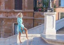 Mulher loura atrativa nova no olhar de Roma para baixo e no sorriso Fotos de Stock