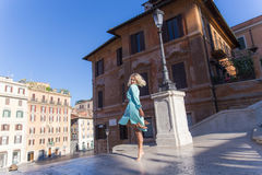 Mulher loura atrativa nova no sorriso e na dança de Roma Fotos de Stock Royalty Free