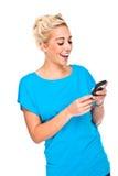 Mulher loura atrativa Texting no telefone de pilha imagens de stock