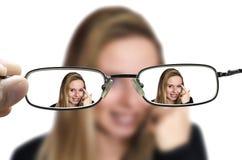 Mulher loura através dos vidros foto de stock royalty free