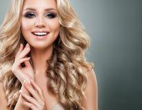 Mulher loura bonita com cabelo ondulado saudável longo imagem de stock royalty free