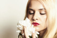 Mulher loura bonita com flor branca e bordos do representante Fotografia de Stock
