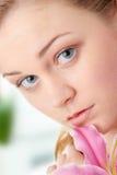 Mulher loura bonita com flor do lírio Fotos de Stock Royalty Free