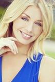 Mulher loura bonita do retrato do estilo de Instagram com olhos azuis Fotografia de Stock Royalty Free
