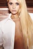 Mulher loura bonita. fundo de madeira Fotos de Stock Royalty Free