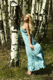 Mulher loura bonita na floresta. cabelo do voo Fotos de Stock Royalty Free
