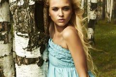 Mulher loura bonita na floresta. cabelo do voo fotografia de stock royalty free