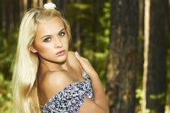 Mulher loura bonita na floresta. flor no cabelo Imagem de Stock