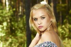 Mulher loura bonita na floresta. flor no cabelo Imagens de Stock