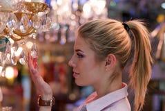 Mulher loura bonita na loja da lâmpada Fotos de Stock Royalty Free