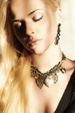 Mulher loura bonita na luz do dia Fotos de Stock