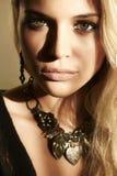 Mulher loura bonita na luz do dia. sombras na cara Fotos de Stock Royalty Free