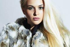 Mulher loura bonita na pele Retrato da forma do inverno Menina loura da beleza no casaco de pele do coelho Fotos de Stock Royalty Free