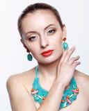Mulher loura bonita no bijouterie no fundo cinzento Imagem de Stock